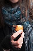 Frau isst ein Dorsch-Süsskartoffel-Bällchen