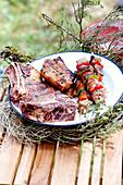 Grillteller mit Fleisch auf Tisch im Freien