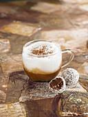 Cremedessert mit Schoko-Kokos-Trüffel, nach Art eines Cappuccino