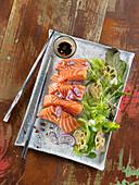 Lachs-Sashimi mit roten Zwiebeln, Salat mit Lotuswurzelchips