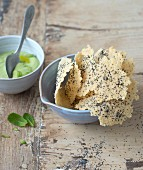 Parmesanhippen mit Mohnsamen, Erbsen-Minze-Sauce