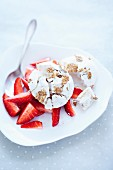Strawberry salad with muesli meringue