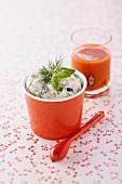 Frozen Joghurt aus Tsatsiki und ein Glas Tomaten-Gazpacho