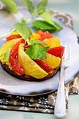 Tarte Tatin mit eingelegten roten und gelben Tomaten und Melisse
