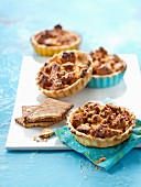 Small apple and crumbled tea biascuit pies