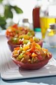Tomaten-Tatar mit Cidre-Karamell und Pinienkernen in halbierter Fleischtomate der Sorte Black Krim