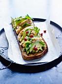 Glutenfreies Röstbrot mit Avocado, Hähnchen und Granatapfel