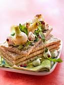 Knuspriges Sandwich mit Perlzwiebel-Confit, Feta und Rucola