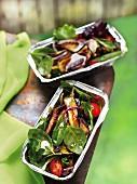 Salat mit gegrilltem Gemüse, Tomaten und Babyspinat