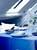 Blau-weiss gedeckter Tisch