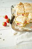 Mehrere Stücke Erdbeer-Schaumtorte