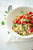 Süsser Bulgur mit Mandeln und Erdbeeren