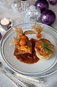 Filet vom Kapaun mit Honig und Physalis, Lauch-Kartoffel-Türmchen