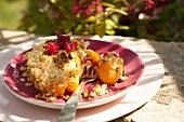Crumble mit Aprikosen, Himbeeren und Pistazien
