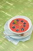 Erdbeer-Gazpacho mit Heidelbeeren