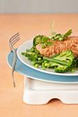 Marinierter Lachs asiatisch, Salat aus grünem Gemüse