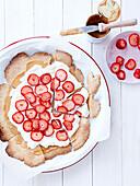 Mürbeteigkuchen mit Dulce de Leche, Sahne und Erdbeeren