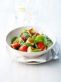 Spinatsalat mit Erdbeeren, Nüssen und Croutons