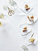 Rührei mit Garnelen und Spargelspitze serviert in Eierschale