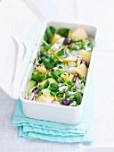 Salat mit Kresse, Melone, Radieschen und Oliven