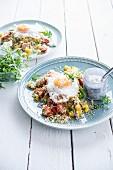 Quinoa-Salat mit Tomaten, gelben Paprika, Spiegelei und Cottage Cheese