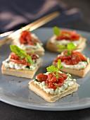 Schnittchen mit Sainte-Maure-Ziegenweichkäse mit Kräutern und Tomatenconfit