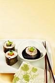 Makis mit Lachs und Thunfisch, Wasabi und Sojasauce