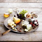 Käseplatte mit Weintrauben und Nüssen