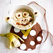 Porridge mit Bananen und Rosinen in Affenkopfform
