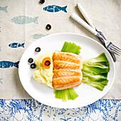 Fischförmige Platte aus Lachs, Lauch und Kartoffelpüree