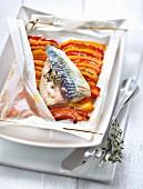 Makrele mit geschmortem Paprikagemüse, im Pergamentpapier gegart