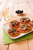 Kürbis-Pizza mit Oliven und Schinken