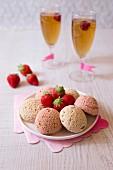 Knusprige Windbeutel mit Vanille und Erdbeeren, zwei Gläser Cidre mit Himbeeren