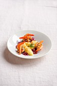 Gebratene Garnelen mit Sesamkruste, Kartoffelpüreenocken und roten Zwiebeln