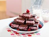 Mousse aux framboises et carré de chocolat