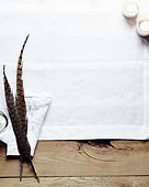 Fasanenfedern auf Stoffserviette
