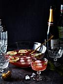 Champagner-Punsch mit Eiswürfeln und Limettenscheiben