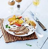 Kurz angebratene Foie Gras mit Zwiebeln und Apfelspalten