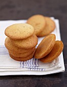 Vanilla-flavoured round biscuits for whoopies