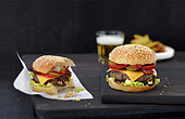 Ein ganzer und ein angebissener Burger
