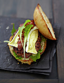 Schweinefleischburger mit Bacon und Camembert