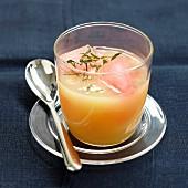 Apfelsuppe mit Minze und Granatapfel-Eiswürfeln