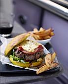 Burger vom Charolais-Rind mit Cantal-Käse und Pommes Frites