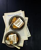 Bûche (Baumstammkuchen, Frankreich) mit Kokosbiskuit, weisser Schokolade und Mangocoulis