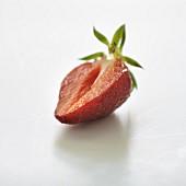 Halbierte Erdbeere vor weißem Hintergrund