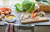 Stillleben mit Zutaten für hausgemachte Gemüsesuppe