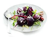 Salat mit ganzen roten Beten und Knoblauch