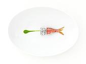 Komposition mit Rotbarbe, Drachenfrucht und Kresse-Coulis auf weißem Teller
