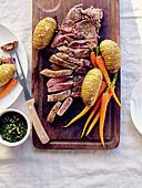 Gegrilltes Rinderfilet mit Fächerkartoffeln und Möhren