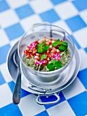 Chiasamen, Matcha mit Kokossahne, Granatapfelkerne und Essblüten im Glas